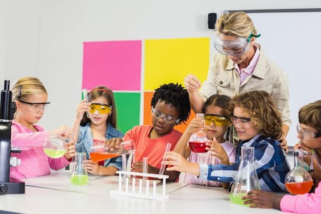 Insegnante che assiste i bambini in laboratorio