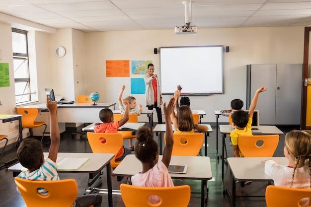 Insegnante che dà lezione ai suoi studenti