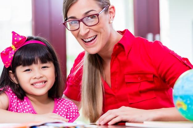 Insegnante che dà lezioni di lingua al bambino cinese
