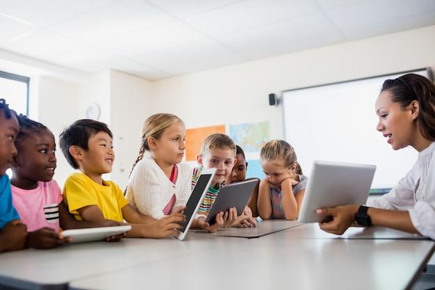 Insegnante che ha lezione con tablet pc