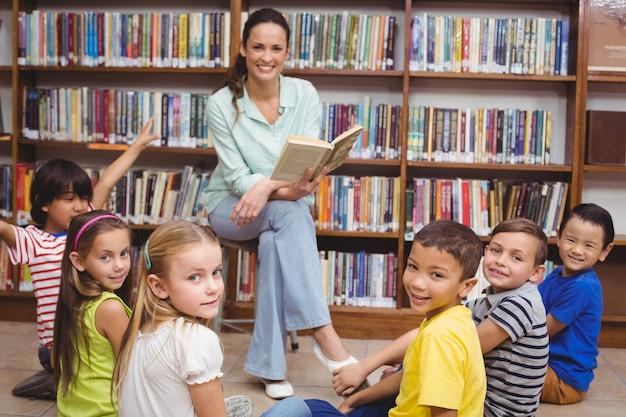 Insegnante che legge le sue pupille una storia