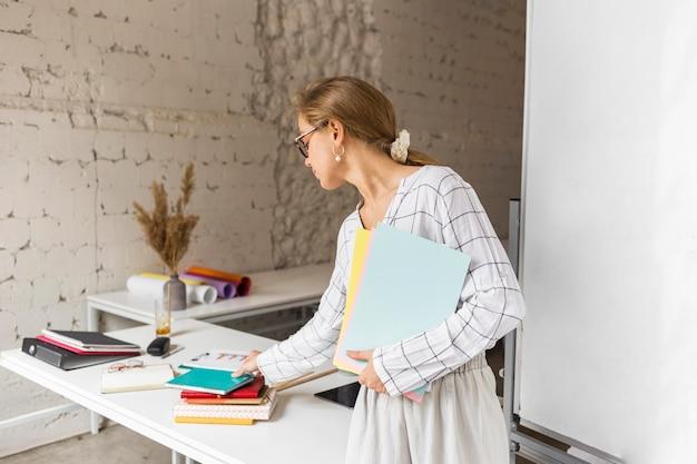 Insegnante che organizza libri