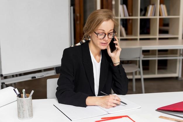 Insegnante che parla sul cellulare