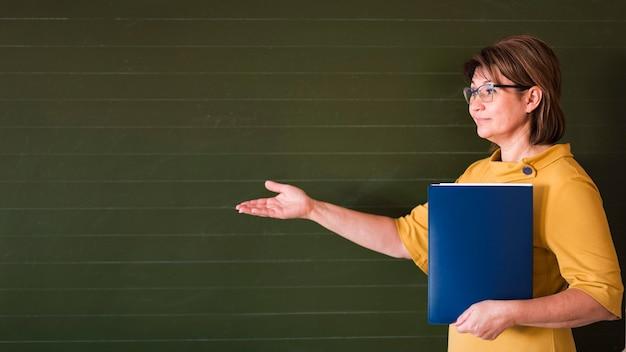 Insegnante che presenta alla lavagna