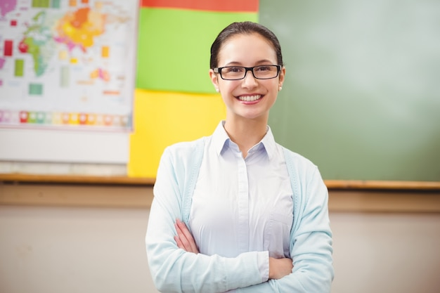 Insegnante che sorride alla macchina fotografica in aula