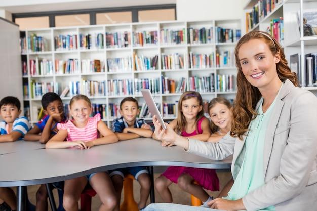 Insegnante che utilizza la compressa con gli alunni