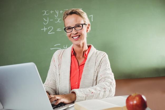 Insegnante che utilizza un computer portatile