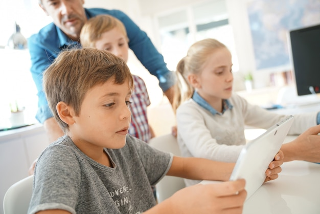 Insegnante con gli studenti in una classe di computer