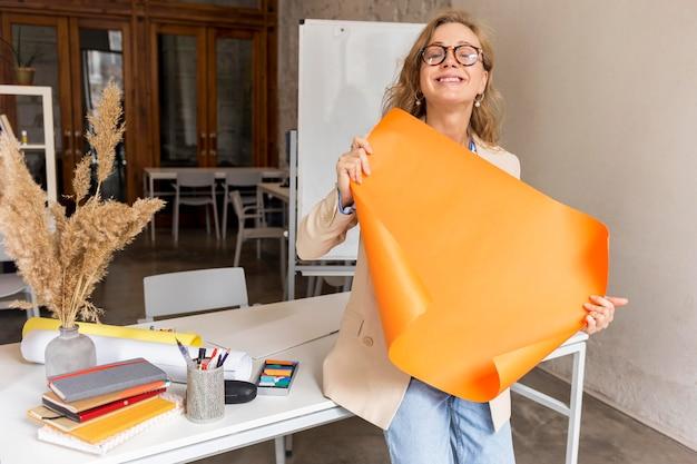 Insegnante con lavagna a fogli mobili in classe