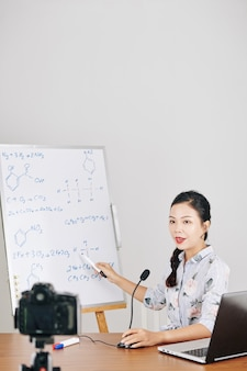 Insegnante di chimica che ospita webina online