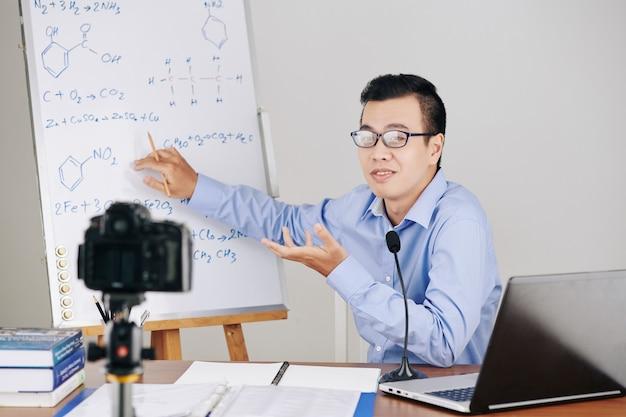 Insegnante di chimica che spiega le formule