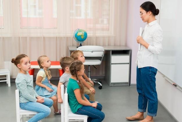Insegnante di vista laterale che fa la sua classe