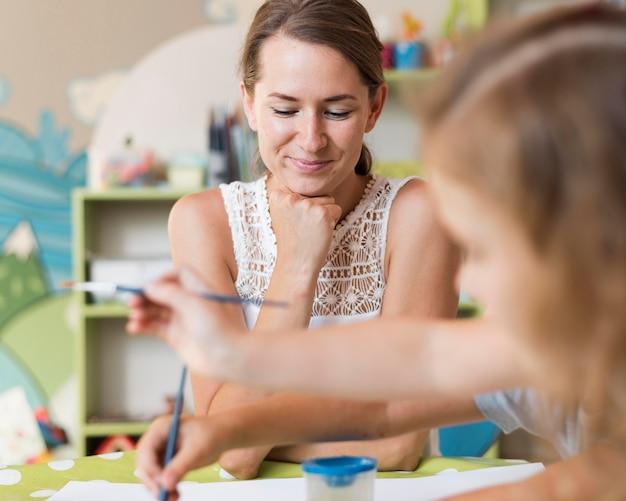 Insegnante e ragazza del primo piano al tavolo