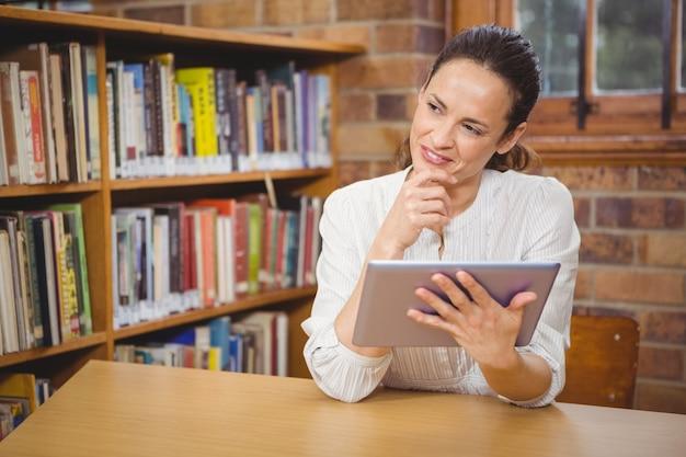 Insegnante felice che utilizza il suo tablet pc