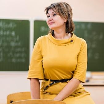 Insegnante femminile in piedi