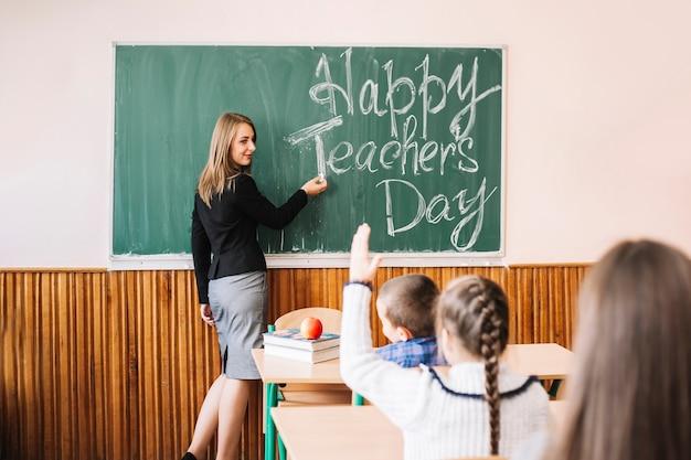 Insegnante in piedi vicino a bordo