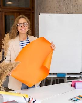 Insegnante in possesso di lavagna a fogli mobili