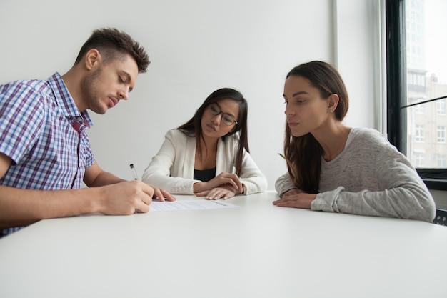 Insicolato di divorzio di firma del marito upset