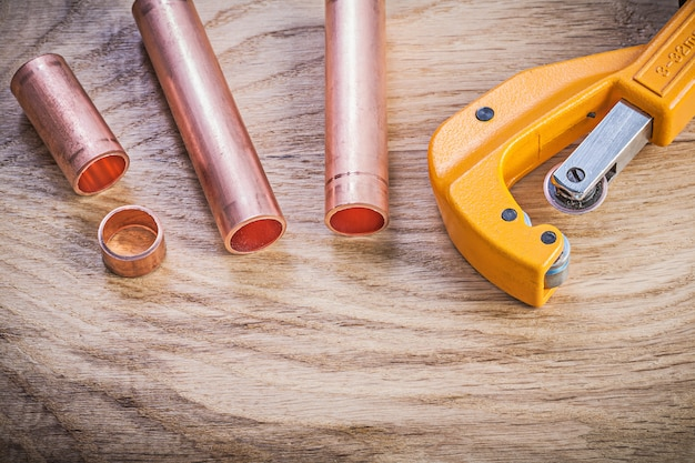 Insieme degli scissoirs d'ottone della tubatura dell'acqua sul concetto dell'impianto idraulico del bordo di legno