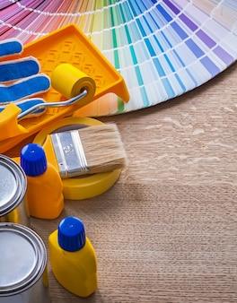 Insieme degli strumenti della pittura sul concetto di legno della costruzione del bordo