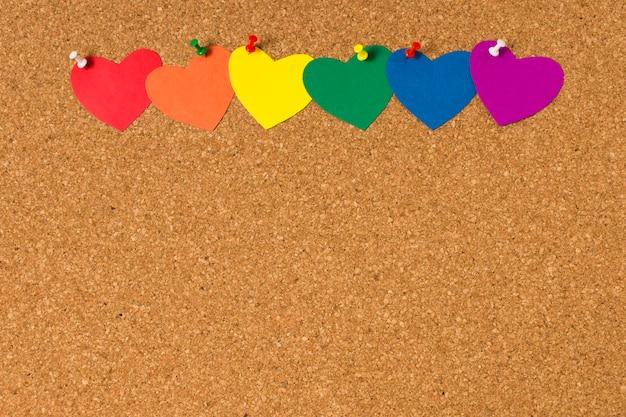 Insieme dei cuori nei colori dell'arcobaleno su sughero