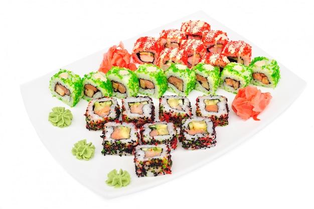 Insieme dei sushi di maki di uramaki dei rotoli isolati su bianco