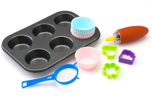 Insieme del bigné degli strumenti della cucina e del forno su bianco