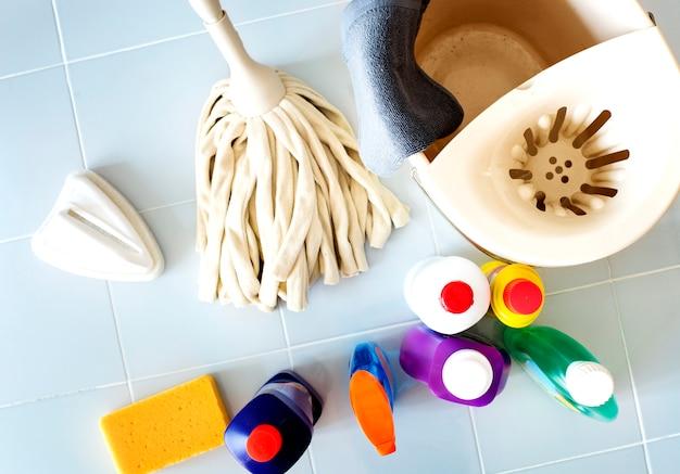 Insieme del concetto di faccende domestiche dell'attrezzatura di lavaggio e di pulizia