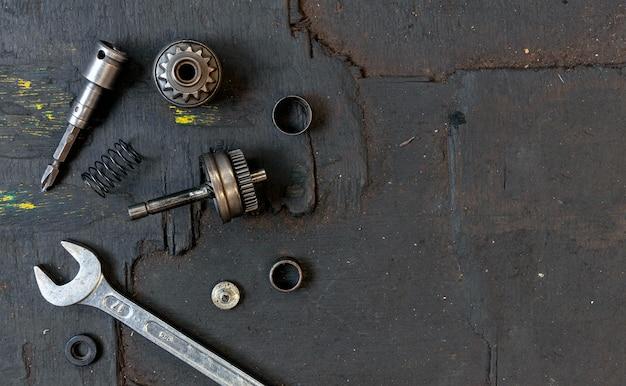 Insieme del primo piano degli strumenti per il fondo di riparazione della motocicletta