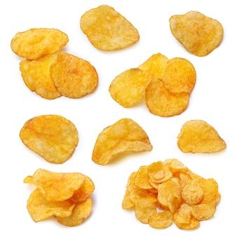 Insieme del primo piano delle patatine fritte su un bianco isolato