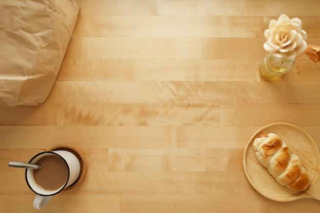 Insieme della prima colazione del forno di cacao caldo e di pane al forno sulla tavola.