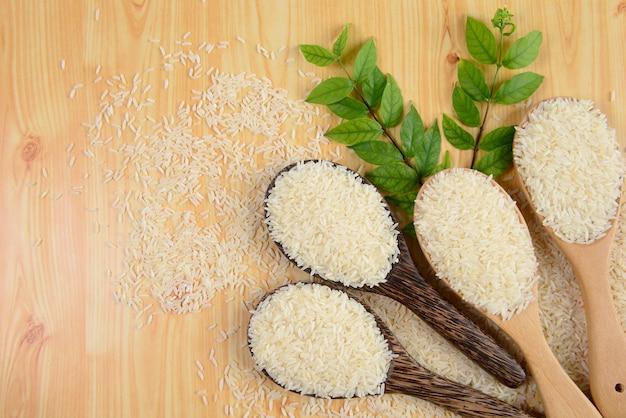 Insieme della raccolta del riso sulla siviera su struttura di legno