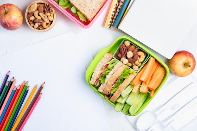 Insieme della scatola di pranzo del panino al formaggio con il cetriolo