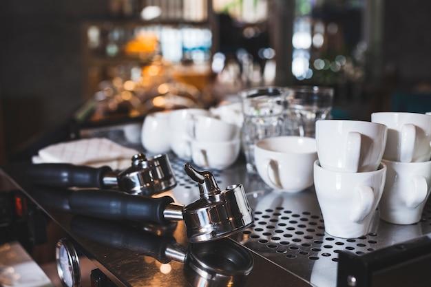 Insieme della tazza bianca e della paletta del caffè espresso nel bar