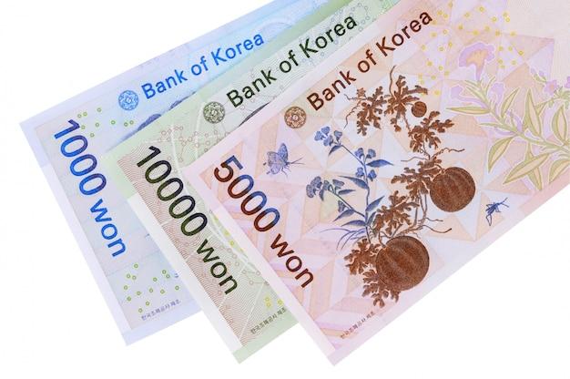 Insieme delle fatture di valuta vinte coreane completamente isolate contro bianco