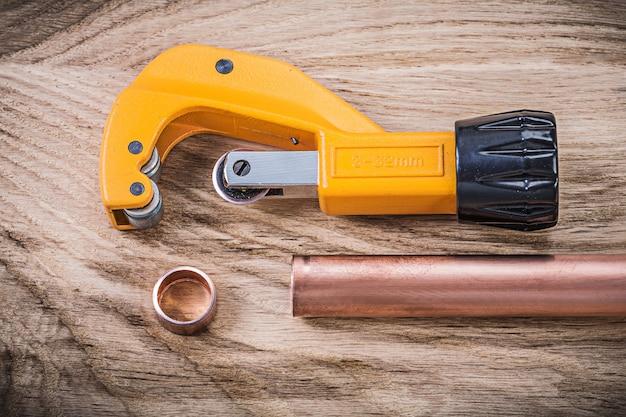 Insieme delle forbici di rame della tubatura dell'acqua sul concetto delle brasserie dell'impianto idraulico del bordo di legno