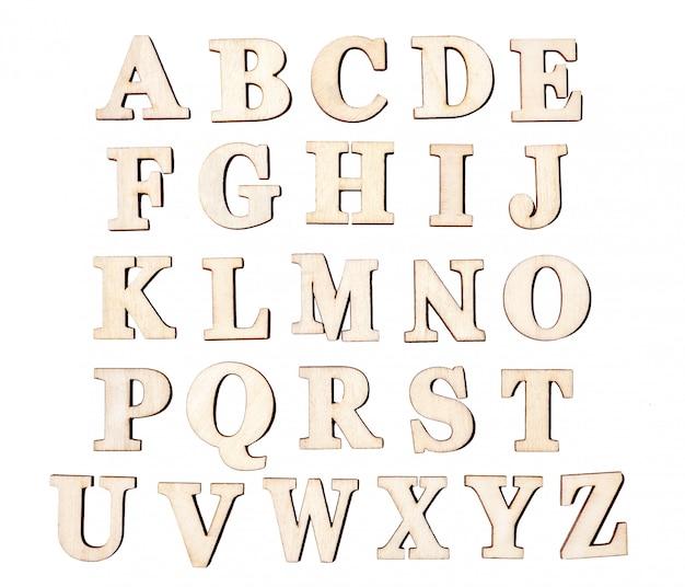 Insieme delle lettere di legno d'annata, isolato su fondo bianco.