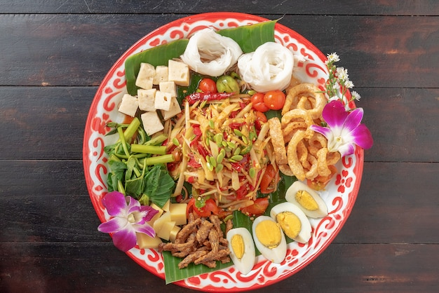 Insieme di alimento isan tailandese in vassoio colorato