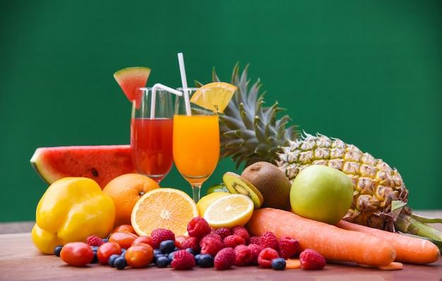 Insieme di cibi sani di vetro colorato e fresco succo estivo di frutta tropicale