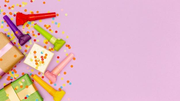 Insieme di elementi per la festa di compleanno con spazio di copia