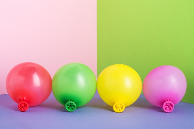Insieme di multi mongolfiere colorate su sfondo minimo pastello.