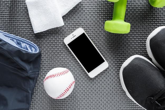 Insieme di oggetti di stile di vita sano e smartphone