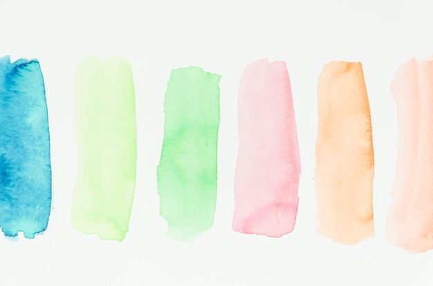 Insieme di pennellate colorate ad acquerello su fondo bianco