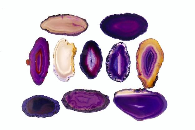 Insieme di porpora della pietra dell'agata isolato fette di agata insieme di agata decorativa della roccia del geode.