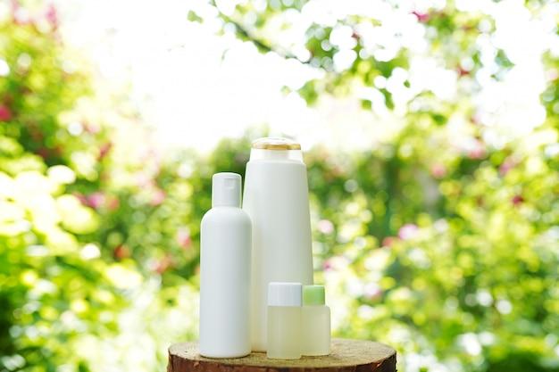 Insieme di prodotti per la cura della pelle del corpo sulla natura, copia spazio. shampoo, gel, olio