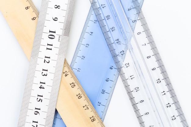 Insieme di righelli di misurazione isolato su bianco