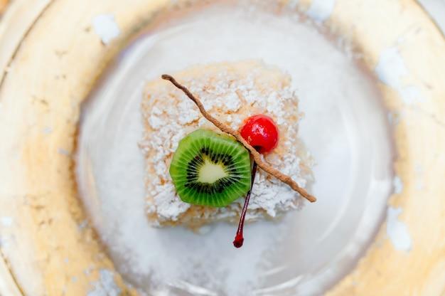 Insieme di tè tailandese di pomeriggio del dessert del piatto dorato sulla tavola di marmo