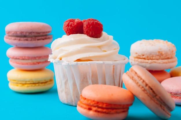 Insieme di vari cupcakes fondente pronti per essere mangiato - insieme luminoso e colorato