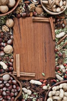 Insieme di vari dadi su fondo di legno rustico.