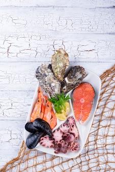 Insieme di vari frutti di mare in zolla